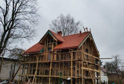 Jumta konstrukcijas izbūve un māla dakstiņa seguma montāža privātmājai